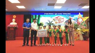 Đồng chí Đỗ Trường Sơn, UV BTV,  PCT HĐND thành phố tặng quà trung thu thiếu niên nhi đồng phường Quang Trung