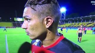 O fraco atacante Guerrero do Flamengo parece que não aprende... Nunca venceu o Vasco e ainda vem falar besteira na TV. Rodrigo mandou um abraço!