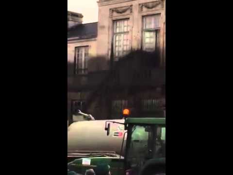 contadini francesi sparano tonnellate di letame sui palazzi del potere!