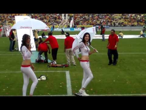 Chicas bailando en el estadio Morelos