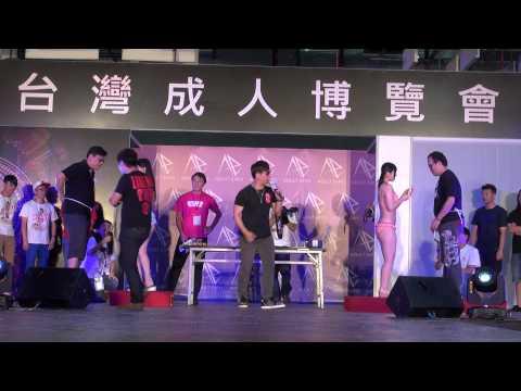 小編單手打字中,2015 成人博覽會 上原亞衣 水菜麗 大口吃香蕉比賽