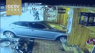 سائقة تنسى البنزين والفرامل فتحطم مطعم صينى وتدهس زبائنه
