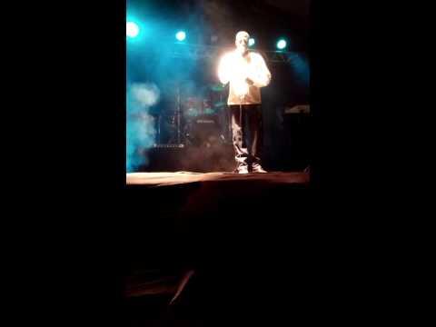 Paulo Cezar cantando no Fest Gospel de Dores do Rio Preto-ES