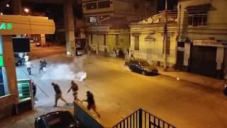 Torcida vascaína sendo expulsa pela PM em uma das ruas que dão acesso ao estádio São Januário após a derrota de 1 a 0 para o Flamengo.