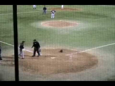 「[野球]相手キャッチャーを前方宙返りで飛び越えてホームインする忍者ランナー。」のイメージ