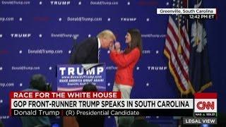مرشح الرئاسة الأمريكي يدعو امرأة للمنصة لتتأكد أن شعره حقيقي