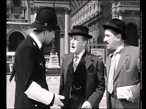 totò chiede informazioni ad un vigile in piazza duomo a milano
