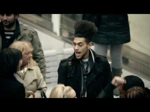 國外車站廣播到一半突然放音樂,還有越來越多人一起跳起舞來?!