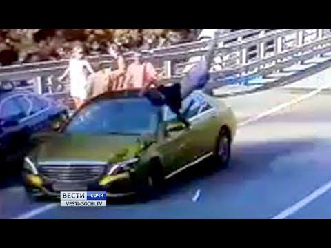 Смертельное ДТП у вантового моста: женщина не успела перебежать дорогу.