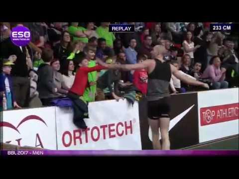 Победный прыжок польского спортсмена на высоте 233см.