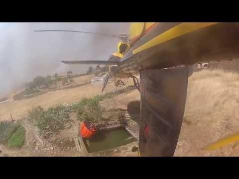 Helicóptero AS350 trabajando en un incendio forestal