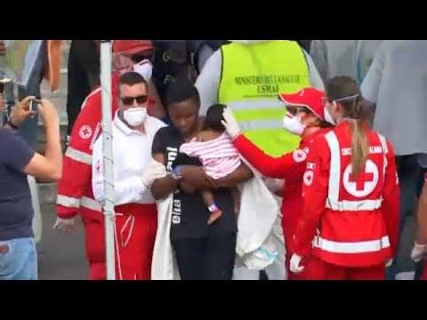 Στην Κατάνια εκατοντάδες μετανάστες με σκάφος της ιταλικής ακτοφυλακής…