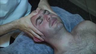 אוסטיאופת מדגים טכניקות עבור דלקת אוזניים, סינוסיטיס ובעיות יניקה