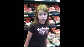 Na zakupach nagle usłyszała śpiew dziewczynki. Uchwyciła ją na nagraniu i podbiła nim internet!