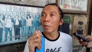 "JAKARTA, KOMPAS.com- Penabuh drum grup band Slank, Bimbim mengatakan bila calon pasangan nomor 3 menang maka Slank akan tetap menjadi pendukung pemerintah.Hal itu ia ucapkan sambil mengetukkan kepalan tangannya ke papan bangku tempat ia duduki, saat ditemui di Markas Besar Slank, Duren Tiga, Jakarta Selayan, Rabu (19/4/2017).""Kalo Pak Ahok kalah, Pak Anis menang ya (ketuk bangku) terpaksa Slank akhirnya jadi oposisi seperti biasa,"" kata Bimbim.""Kalau kalah ya slank harus jadi kan kita nemenin pemerintah mungkin ngontrolnya harus dari dalem"" tuturnyaKompas.com / Ira Gita Natalia"