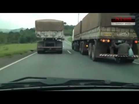 Người đàn ông đi xe 'chùa' đầy nguy hiểm