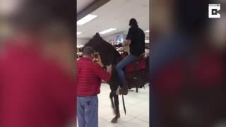 بالفيديو: أغرب ما فعله رجل في مركز تسوّق