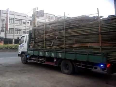 滿載的竹子這樣卸貨 網友:台灣卸貨神人