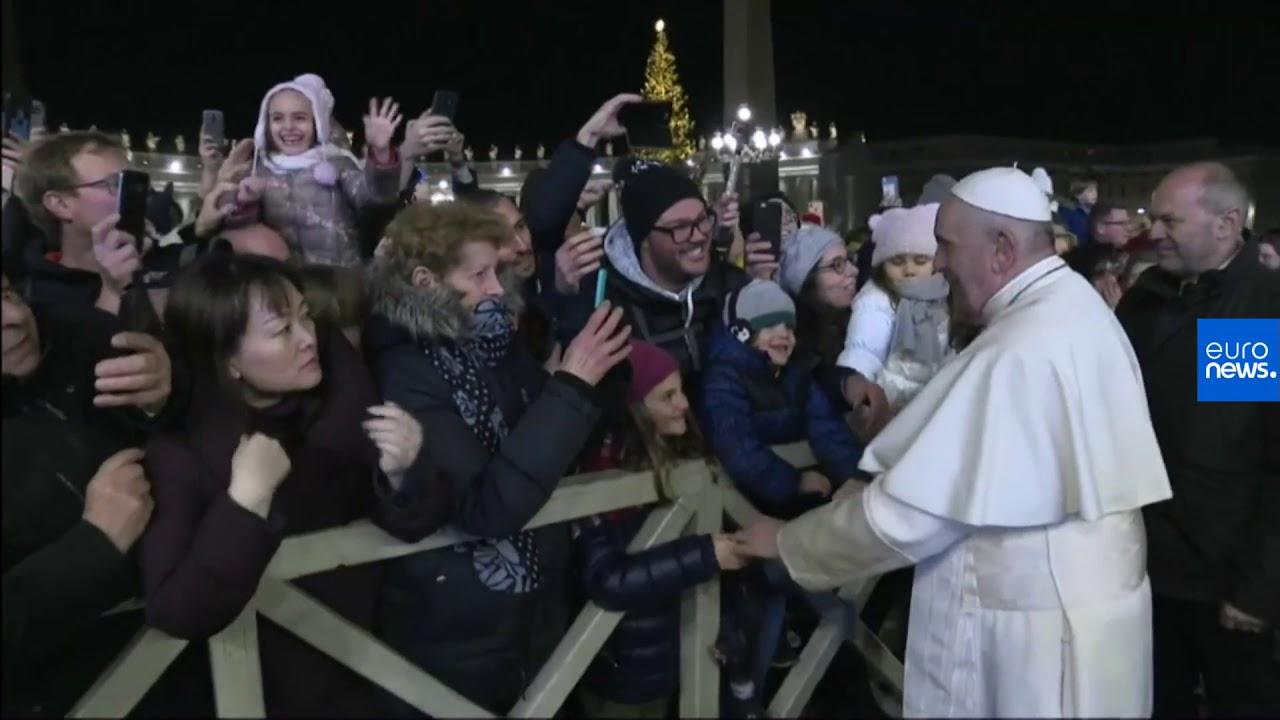 Εξοργισμένος ο πάπας με πιστή που δεν τον άφηνε να φύγει!