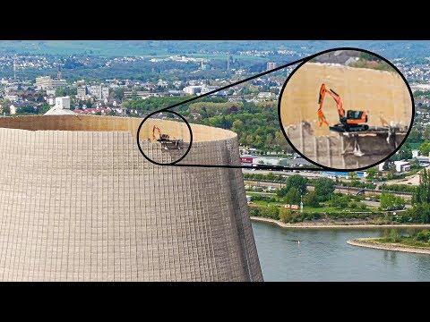 Экскаватор разрушает градирню АЭС на высоте 162 метра