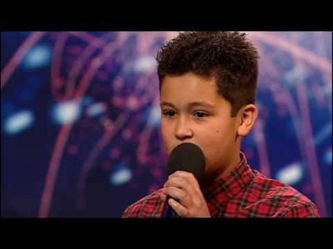 評審直接打斷唱到一半的12歲小男孩。 1:58他擦乾眼淚,重新拿起麥克風震驚所有人!