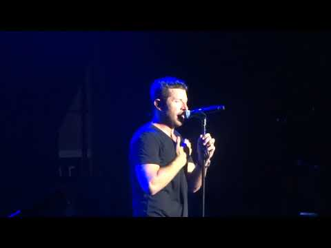 "Brett Eldredge sings ""Castaway"" live at the Pacific Amphitheatre"