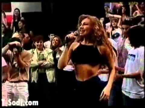 Thalia Enseñando Senos || Enseña las tetas mientras cantaba