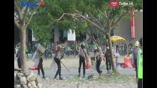 Video Aksi Brutal Bonek Bentrok dengan Polisi di Gelora Bung Tomo - LIP 07/05 MP3, 3GP, MP4, WEBM, AVI, FLV Agustus 2018
