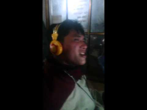 thanh niên thất tình vừa nghe nhạc vừa khóc trong quán Net