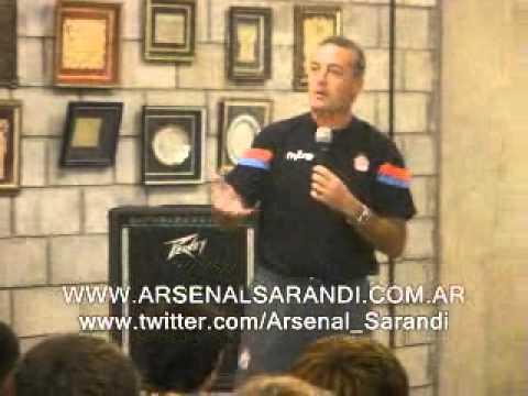 Gustavo Alfaro dando una charla técnica a sus jugadores