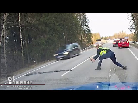行車記錄器拍下警察拿出「神器」逼停犯人車子的過程,酷斃了的瞬間讓網友看得超爽啊!