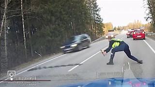 Estoński policjant wyrzuca kolczatkę na drogę