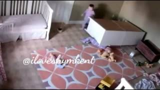 Малыш спасает брата близнеца!