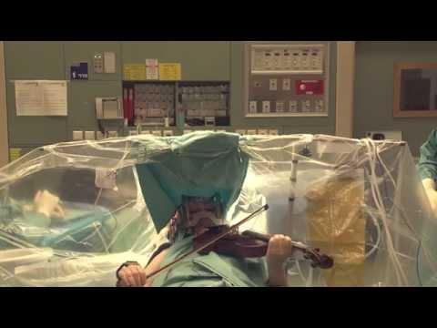 Une Israélienne joue du violon pendant son opération du cerveau