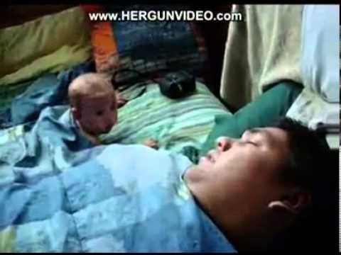 خخخ طفل صغير يقفز من الهلع عند سماع صوت شخير والده
