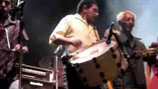 Este vídeo mostra a eterna música de Jackson do Pandeiro com a isntrumentalização dos oito baixos de Zé Calixto e seu trio de...