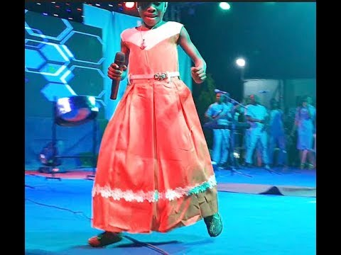 8 Year Ago Girls Dances Zanku As Ooni Of Ife Sprays Her Money At His Wife's Show At The Palace