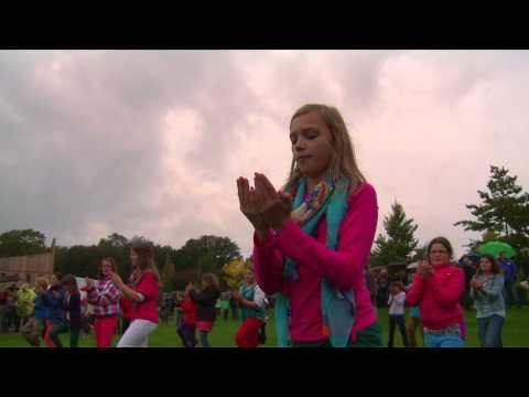 Flashmob met 550 kinderen van stichting Akkoord