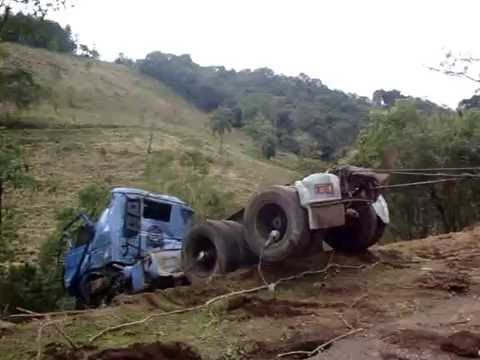 Tirando 113 do barranco na BR-282 em Iraceminha-sc