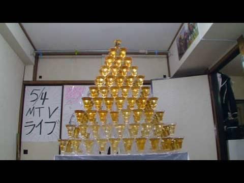 他到底有沒有辦法,把杯子金字塔下面的桌巾拉出來呢!?