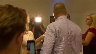 Wyłapał od senatora strzała za rozbicie jajka na głowie podczas wywiadu na żywo
