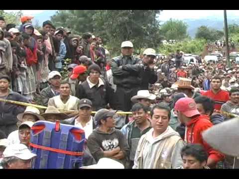 Bus queda soterrado en Guatemala
