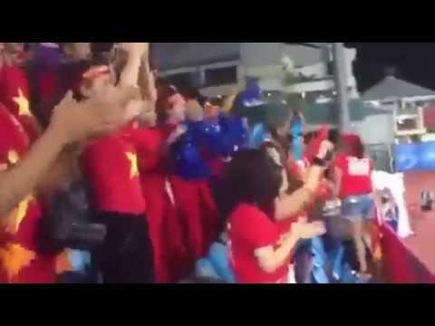 CĐV Việt nhún nhảy theo