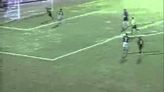 Um dos lances mais bisonhos (se não o mais) de um goleiro. Marcos sai da área para chutar uma bola de ataque, chuta o vento,...