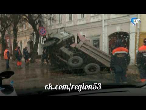 В исторической части Торговой стороны наполовину ушел под землю КАМАЗ