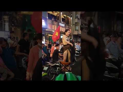 Hot girl mặc áo yếm quẩy tung váy giữa đường mừng chiến thắng của U23 Việt Nam