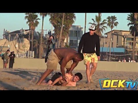 這名男子在沙灘上惡搞路人,他的下場或許是每個人內心都在期待發生的...!