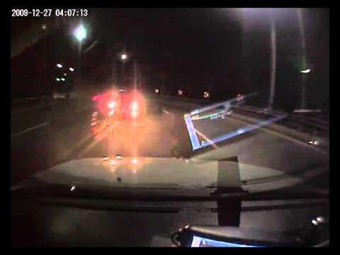 「[恐怖]対向車が曲がりきれずに向かってくる瞬間。」のイメージ