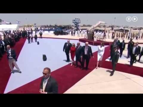 Melania esquiva la mano de Trump al llegar a Israel