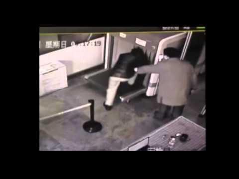 這名中國遊客第一次去機場,還以為安檢是這麼用的…